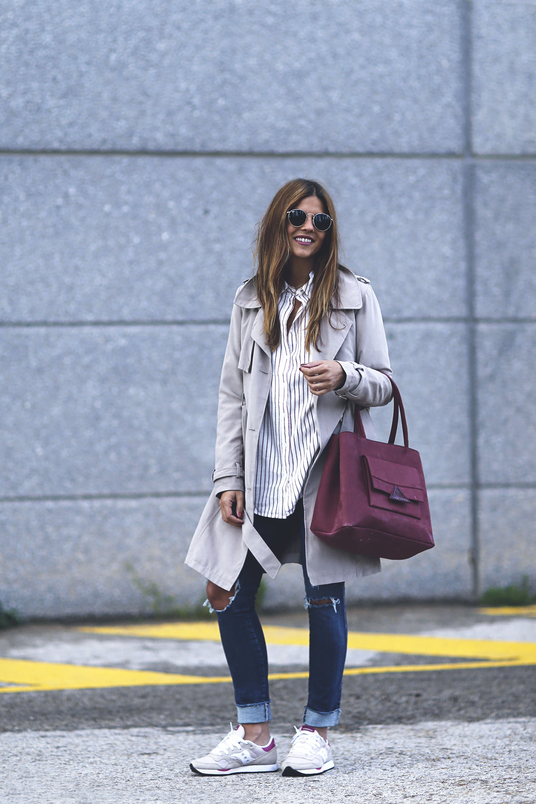 trendy-taste-look-outfit-sneakers-saucony-tita-madrid-trench-gabardina-denim-jeans-primavera-1