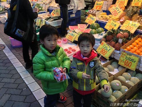 水果攤買草莓