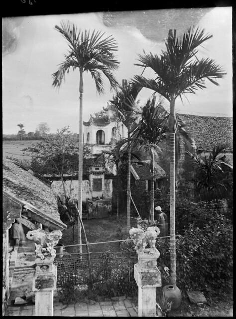 1896 Hanoï - Vue prise de la pagode du Lotus (Chua-mot-cot), pylônes en bas de l'escalier