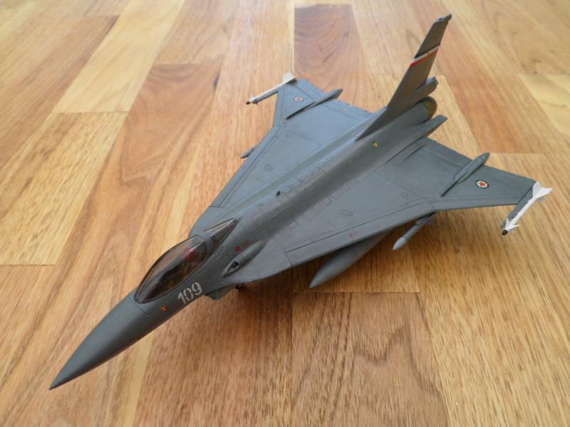 Les faucons de Mostar [General Dynamics F-16 XL Monogram] 9416554255_c7aa8e8598_c