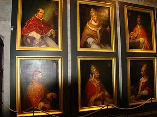 061 Schilderijen van de pausen die hier hebben gezeten