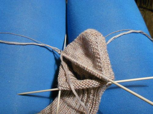 носки, связанные спицами сверху вниз, пятка и мысок бумерангом, эластичный наборный край со вспомогательной нитью и красивый мыс | horoshogromko.ru