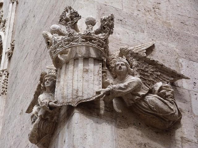 Ángeles con escudo heráldico en la Lonja de la Seda de Valencia