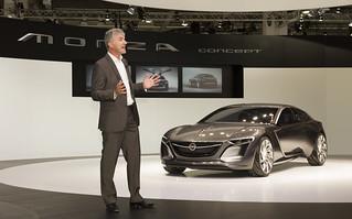 Opel-Designchef Mark Adams mit dem Monza Concept