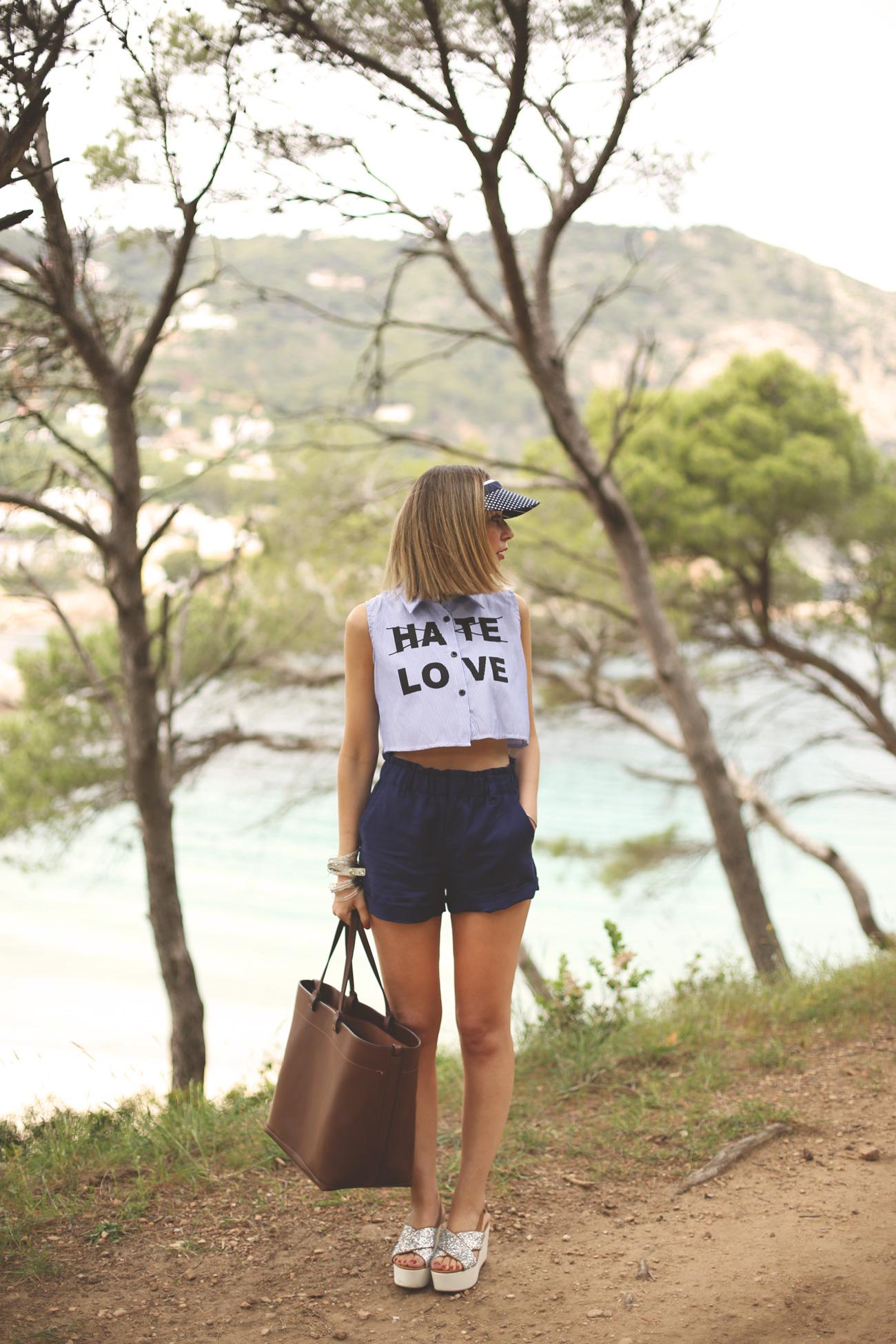crop top, look verano, summer outfit, blue shorts, blonde girl, fashion blogger, spanish fashion blog, spring, look con visera,