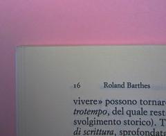 Roland Barthes, Variazioni sulla scrittura. Einaudi 1999. [Responsabilità grafica non indicata]. Indicazione dell'autore: segue la numerazione della pagina pari: pag. 16: pag. 1 (part.), 1
