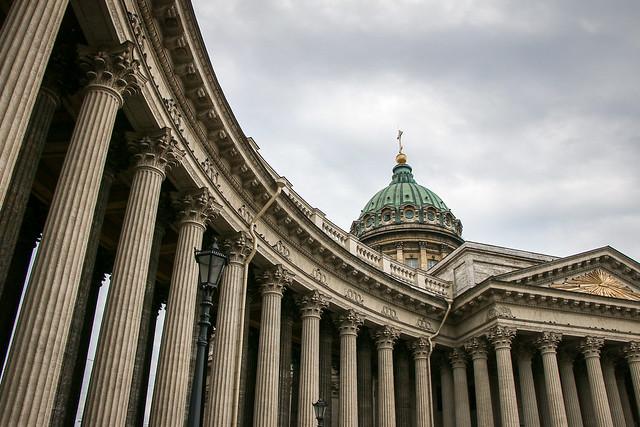 Classical columned arcade of Kazan Cathedral, Saint Petersburg, Russia サンクトペテルブルク、カザン聖堂の列柱回廊