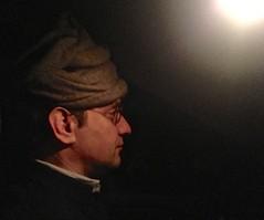 Portrait en auto en Léautaud (en voiture avec un chat et un couvre-chef ridicule, grande oreille et petites lunettes)