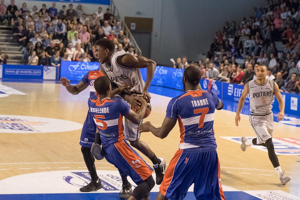 Défense très agressive de l'Hermine de Nantes