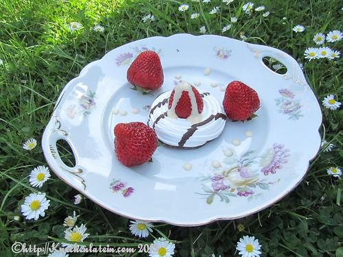 ©Teller mit den ersten Erdbeeren aus S-H