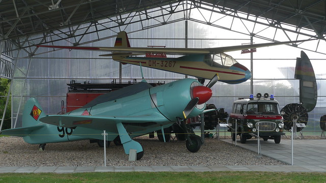 Überdacht: Jak-11, Segelflugzeug, Feuerwehr und VoPo-Barkas