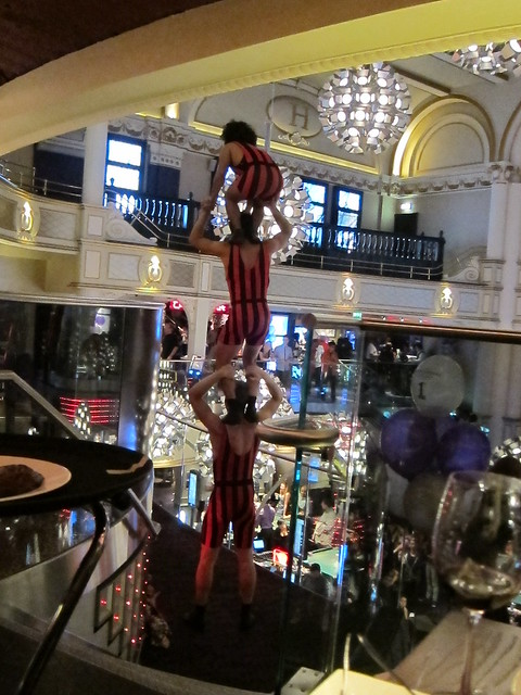 Heliot Steakhouse - acrobats