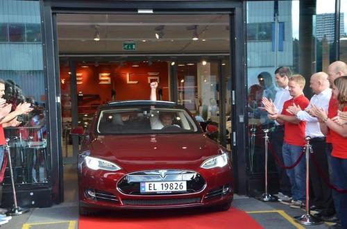 Электромобиль Tesla Model S покоряет Европу
