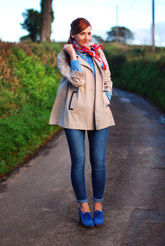 Trench coat, denim skinnies & blue heels