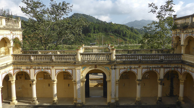 Entrance to the courtyard of the Hoang A Tuong palace