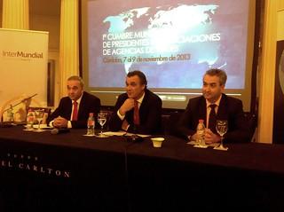 De izquierda a derecha, Juan Antonio Sánchez, Director de Desarrollo de Intermundial Seguros, Rafael Gallego Nadal, Presidente de la Confederación Española de Agencias de Viajes (CEAV) y Antonio Caño, Presidente de la AAVV de Córdoba.