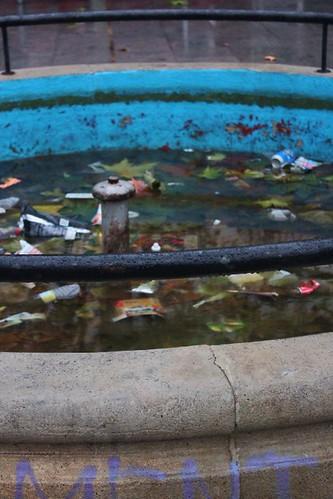 Fuente de basura (Pl. Pizarro, Mérida) by Pedro Almendro