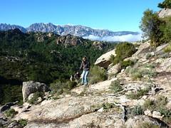 Sur le socle rocheux de la face SW de Punta di u Castellucciu