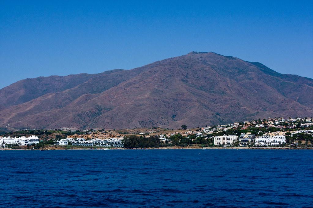 Sierra Bermeja desde el mar