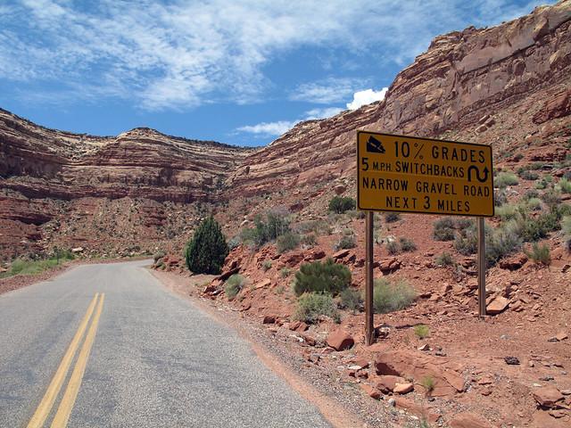 Inicio de la carretera 261 que sube a las colinas Valle de los Dioses en Mexican Hat, Utah - 13902268146 6d306dc415 z - Valle de los Dioses en Mexican Hat, Utah