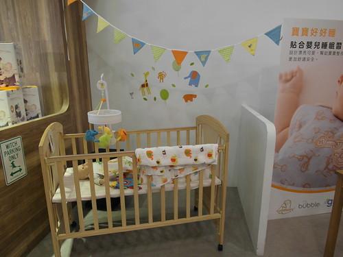 睡眠用品區,展示床包組、睡袋、旋轉音樂鈴、壁貼與懸掛吊飾小旗@Bloom & Grow 寵愛媽咪母親節聚會