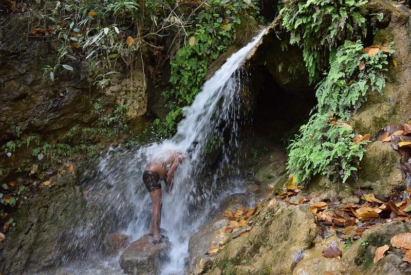 現地の人のようにいつか自然体で男らしく滝を浴びられる男になりたい!