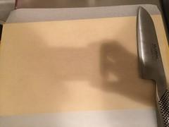 まな板にオーブンシートを敷きます