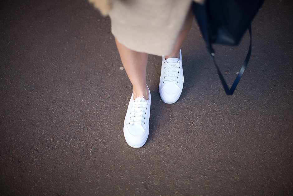 white-sneakers-flatforms-outfit-street-style-blogger-look