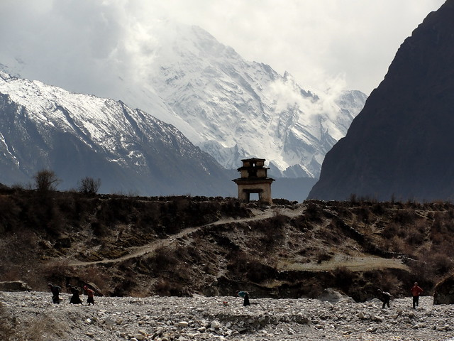 Θιβετιανοί μεταφέρουν πέτρες στο χωριό Nile της Tsum!