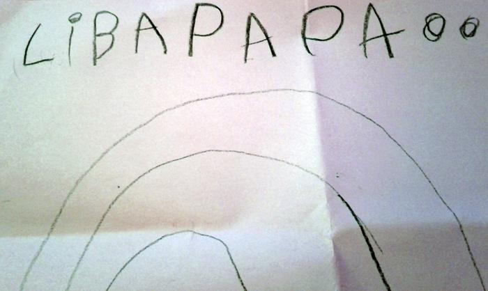 Kind malt einen farblosen Regenbogen