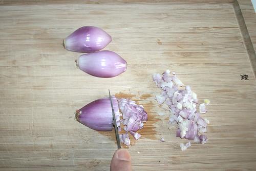 13 - Schalotten würfeln / Dice shallots