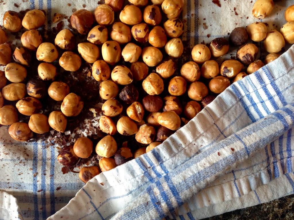 Skinning hazelnuts