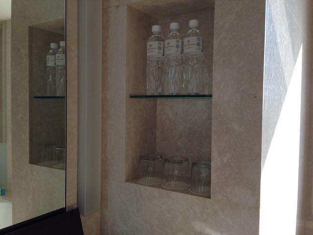 背光處的凹槽有供瓶裝水@台中裕元花園酒店