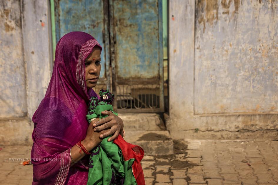 RAMNAGAR : PORTRAIT DE FEMME DANS LA RUE