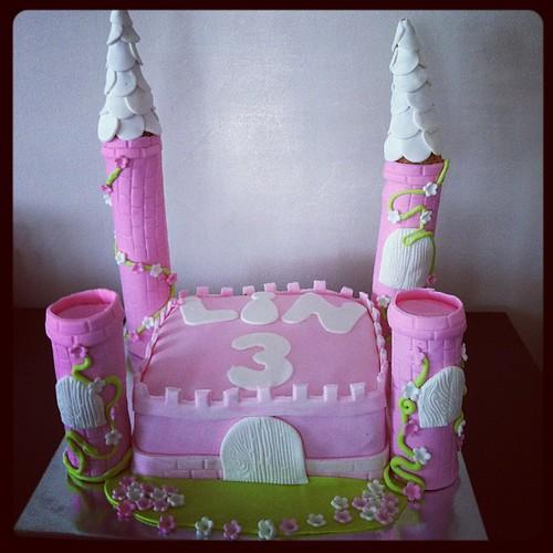 #castlecake #birthdaycake #sugarart #sugarcake #sekerhamurlupastalar #prensessatosupasta#satopasta prensesleri konulmamis haliyle:) by l'atelier de ronitte