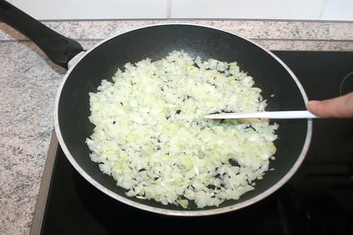 32 - Zwiebeln andünsten / Braise onions lightly