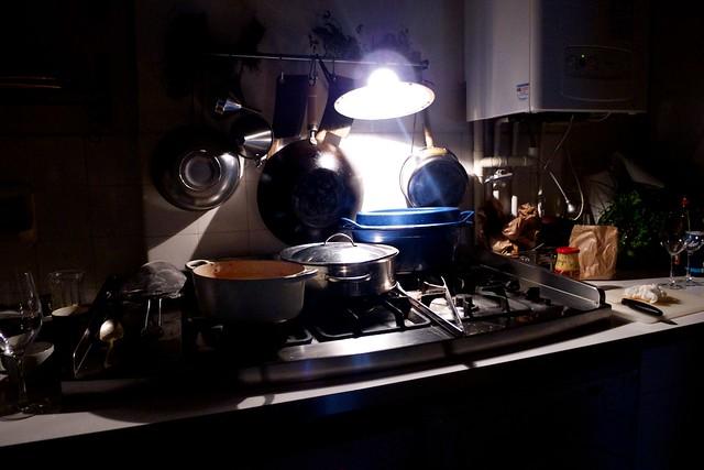 ジャンポール宅のキッチン。電気工事の影響で暗い。
