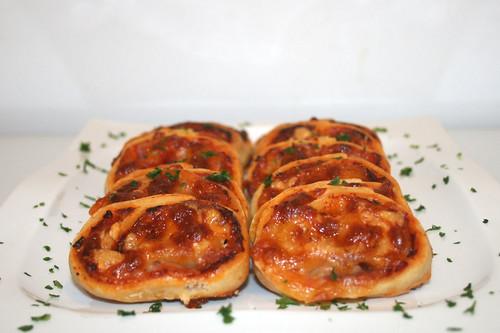 18 - Einfache Pizzaschnecken - Seitenansicht / Simple pizza rolls - Side view