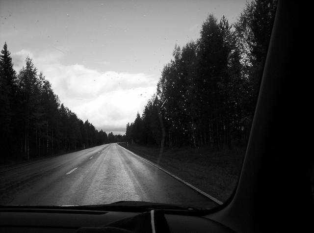 Carretera finlandesa en blanco y negro, oscura