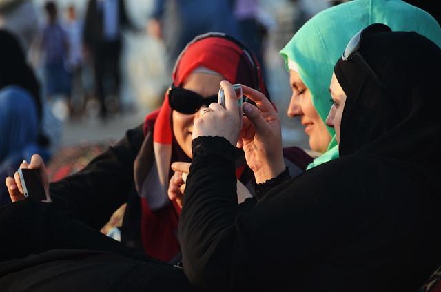 Mujeres en Turquía con Smartphones