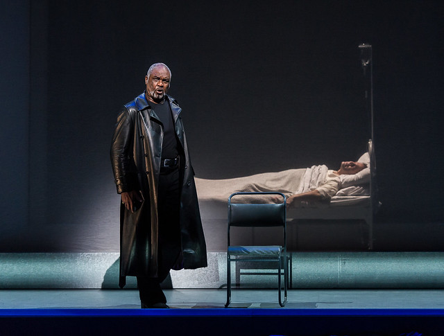 Willard W. White as Klingsor and Gerald Finley as Amfortas in Parsifal © ROH / Clive Barda 2013