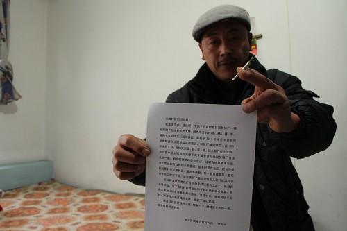 潘佐富驕傲地展示他為潘志中出馬競選村主任時,他所執筆起草的「競選文宣」(林吉陽攝影)