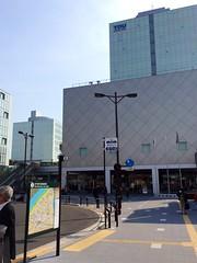駅前ロータリーの隣のビルは駅ビルではなく大学でした