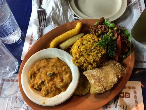 Panama City: plat de spécialités panaméennes (purée de pois chiches, riz sautés, banane frite, viande, etc.)