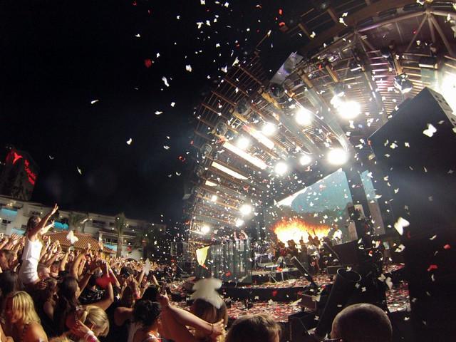 La fiesta es ... aún no siendo yo amante de éste tipo de música ... un espectáculo sin parangón que me dejo con la boca abierta. Ushuaïa Ibiza, la #experiencia más completa de la isla - 9326490885 a6c94c841c z - Ushuaïa Ibiza, la #experiencia más completa de la isla