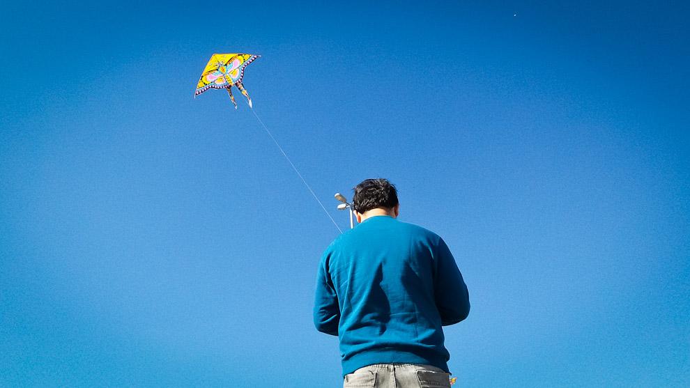 Un joven hace volar una pandorga para sus hijos durante una agradable tarde de sábado en la Costanera de Asunción, en la que la temperatura, el sol y la brisa se combinaron para obsequiarnos una estupenda tarde (Elton Núñez).