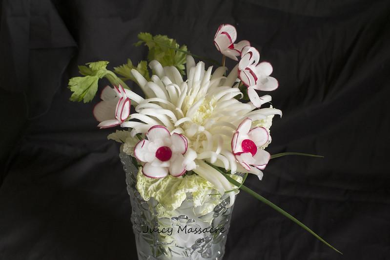 Цветы из редиски, пекинской капусты и прочее в стеклянной вазе