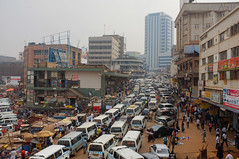 Minibus file bij het centraal minibus station, Kampala