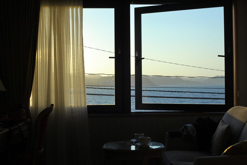 朝日差し込む窓