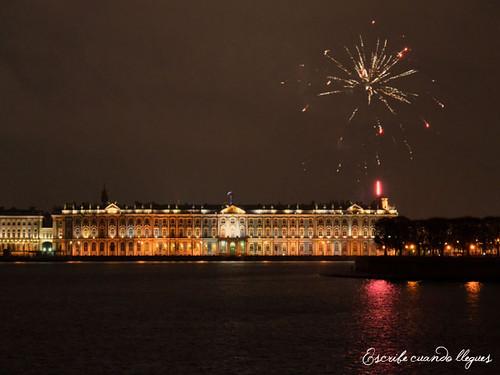 Fuegos artificiales nocturnos sobre el Museo del Hermitage, en San Petersburgo
